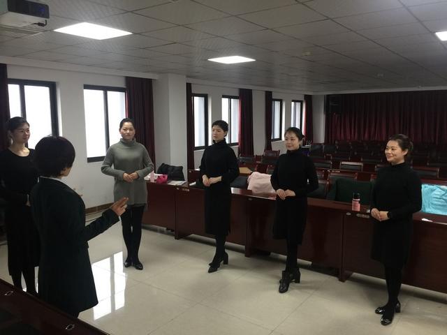 培训老师正在对员工进行礼仪培训.jpg
