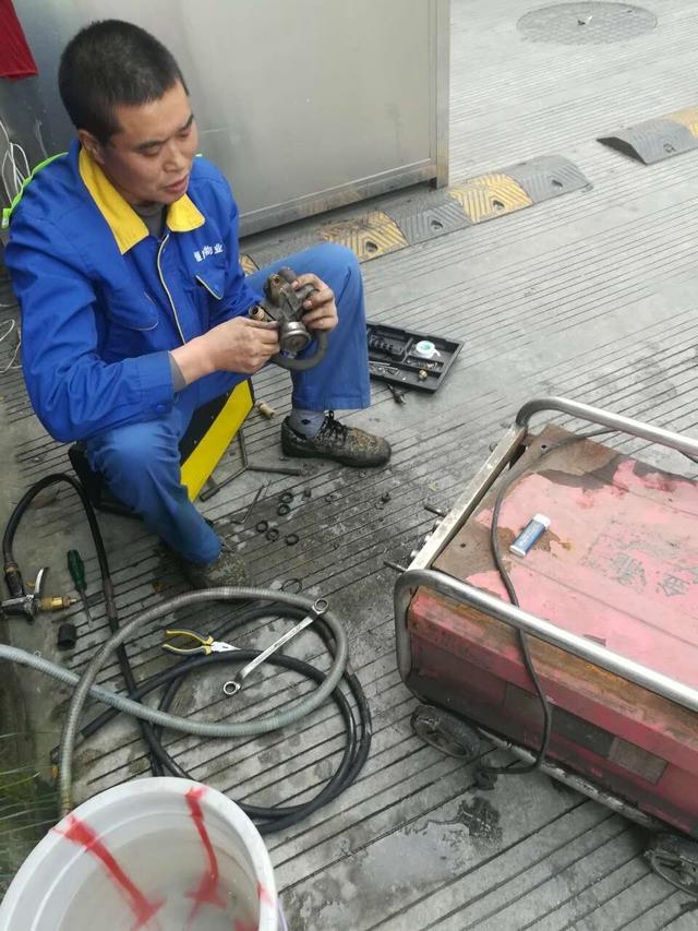 保洁员自主维修设备.jpg