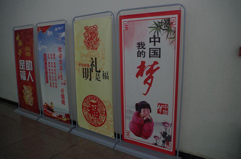 图片说明:公交候车厅图说社会主义价值观公益广告宣传_副本.jpg