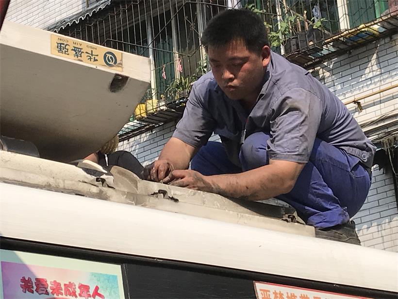 电工,检修车辆空调.jpg