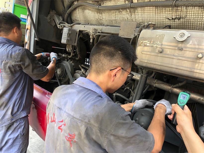 发动机维修工,检修发动机.jpg